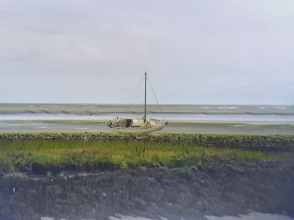 Einsames Schiff wartet auf die Flut